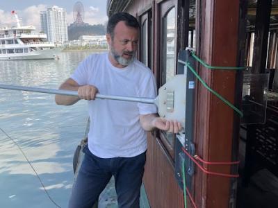 Xavier Mari (chercheur IRD) prends échantillons de la surface microlayer à Halong Bay.
